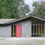 Cửa ra vào màu đỏ tạo điểm nhấn cho mặt tiền ngôi nhà