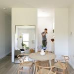 Phòng khách và bàn ăn nằm ở trung tâm căn phòng. Ngoài việc sử dụng nội thất nhỏ gọn, một tấm gương lớn cũng giúp căn phòng thoáng rộng hơn.